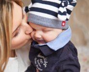 un copil cu mama