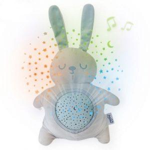 lampa-de-veghe-si-proiector-stelute-pentru-copii-si-bebelusi-pabobo-jucarie-din-plus-iepuras-cu-melodii-linistitoare