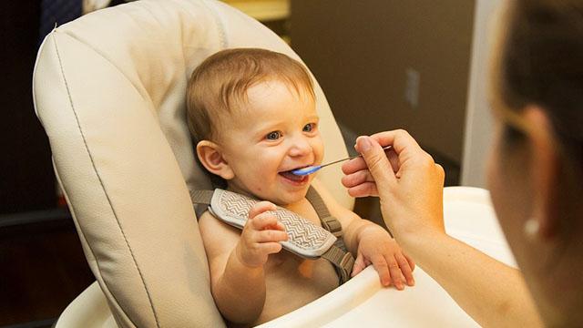 Diversificarea la bebelusi (6-12 luni) - Ce trebuie sa stii despre alimentatia lui bebe in primul an de viata